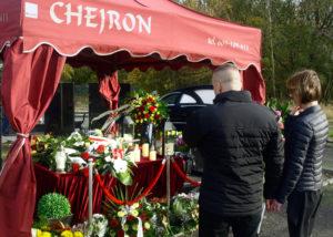 Para żałobników na pogrzebie urnowym w Gdyni
